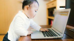 webサイトを見ている赤ちゃん