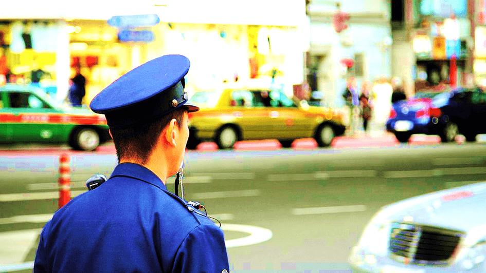 パトロール中の警官