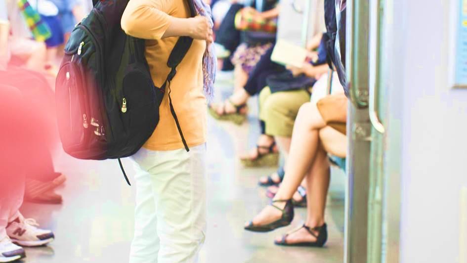 電車で立つ人